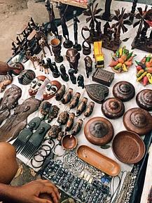Wenze Ya Bikeko littéralement le marché des Statuettes. Crédits : Johanna Bukasa-Mfuni